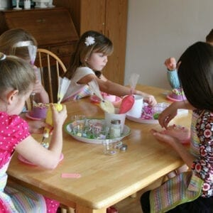 kids decorating cakes