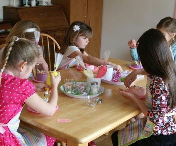 kids decorating cakes